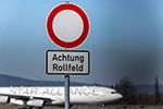 Erste Lufthansa-Jets parken auf der Landebahn Nordwest