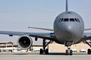 KC-46A flog mit Plastikteil in der Kraftstoffleitung