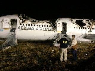 NTSB-Ermittler vor dem ausgebrannten Asiana-Wrack