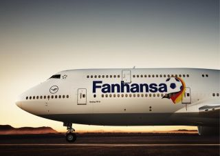 Lufthansa Boeing 747-8 mit Fanhansa-Schriftzug