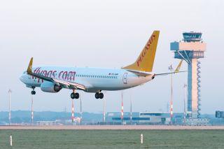 Pegasus Boeing 737 schwebt in Schönefeld ein