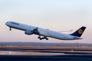 Lufthansa Airbus A340-600 am winterlichen FRA
