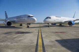 Ein Airbus A320 neben einer Bombardier CSeries 300