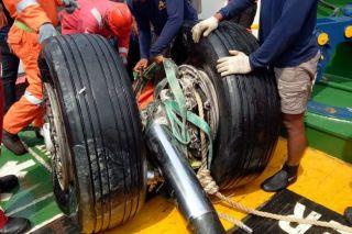Teams bergen Wrackteile aus der Javasee
