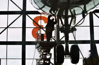 Ein Mechaniker der Lufthansa Technik bei der Arbeit
