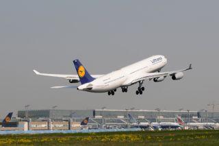 Lufthansa A340-300 auf dem Frankfurter Flughafen