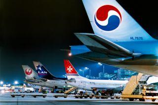 Flugzeuge am Terminal bei Nacht