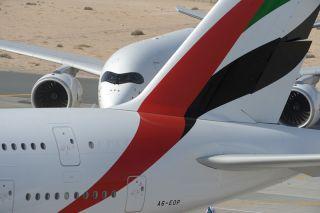 Emirates Airbus A380, im Hintergrund eine A350
