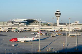 Tower und Vorfeld am Flughafen München