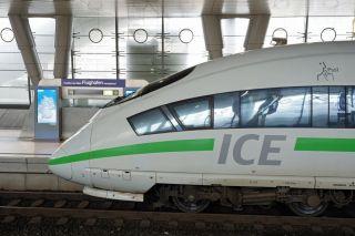 ICE-Triebkopf am Frankfurter Flughafen