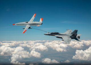 MQ-25 Stingray betankt eine F/A-18E Super Hornet