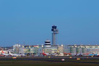 Flughafen Düsseldorf in der Dämmerung