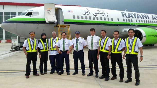 Rayani-Air-Crew vor einer Boeing 737