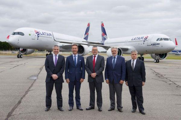 Rafael Alonso zweiter von rechts) 2016 bei der Übergabe der 4. A350XWB und der ersten A320neo an LATAM
