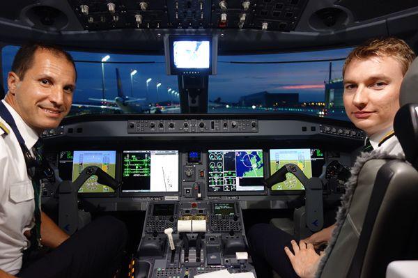 Embraer Instructor-Pilot Fabiano Cypel und Widerøe-Pilot Stian Vaaden in der Embraer E190-E2 (von links)