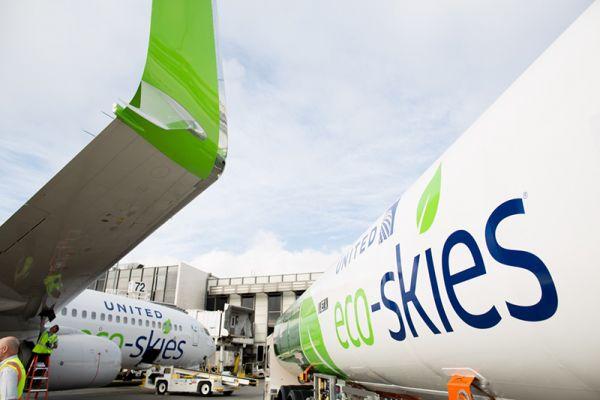 Eine United Airlines Boeing 787 wird mit 30 Prozent Biosprit betankt