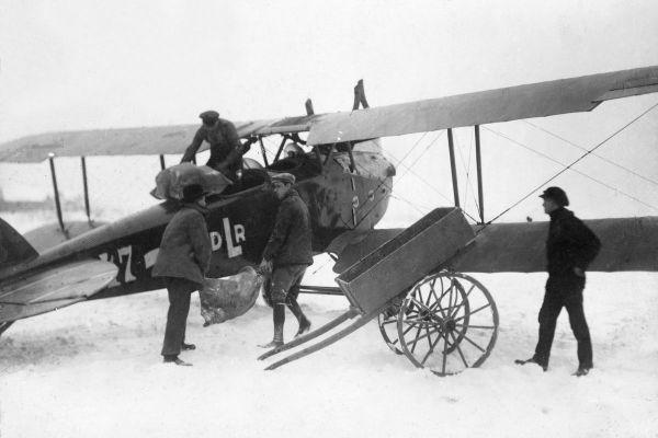 Verladung der Luftpost in eine LVG VI der Deutschen Luft-Reederei