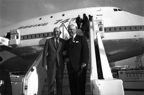 Der damalige Boeing-Prräsident Bill Allen und PanAm-CEO Juan Trippe beim Launch der 747