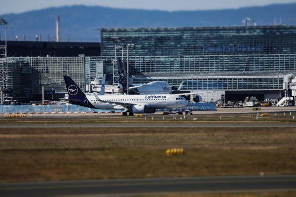 Geparkte Lufthansa-Flugzeuge am Flughafen Frankfurt