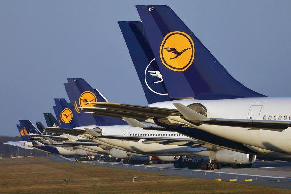 Teile der geparkten Lufthansa-Flotte auf der Frankfurter Landebahn Nordwest