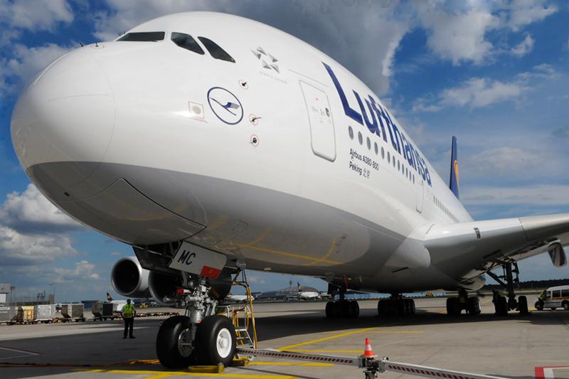 A380 stößt mit Hubwagen am Frankfurter Airport zusammen